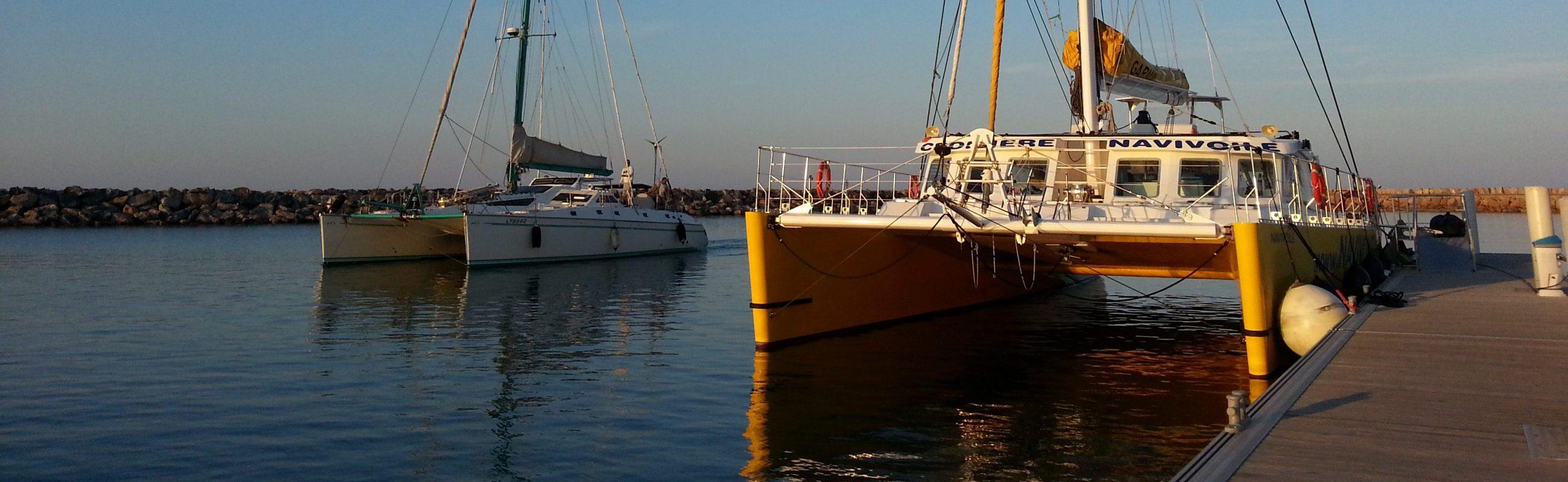 catamaran navivoile bateau ancienne génération et nouvelle génération dans le port de canet en roussillon