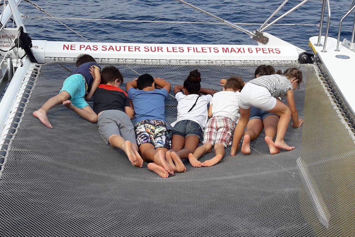 sortie scolaire navivoile canet en roussillon enfants sur filet