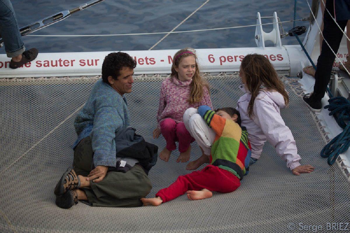 catamaran navivoile croisiere chante avec les dauphins au depart de canet en roussillon avec famille sur le filet a l'avant du bateau