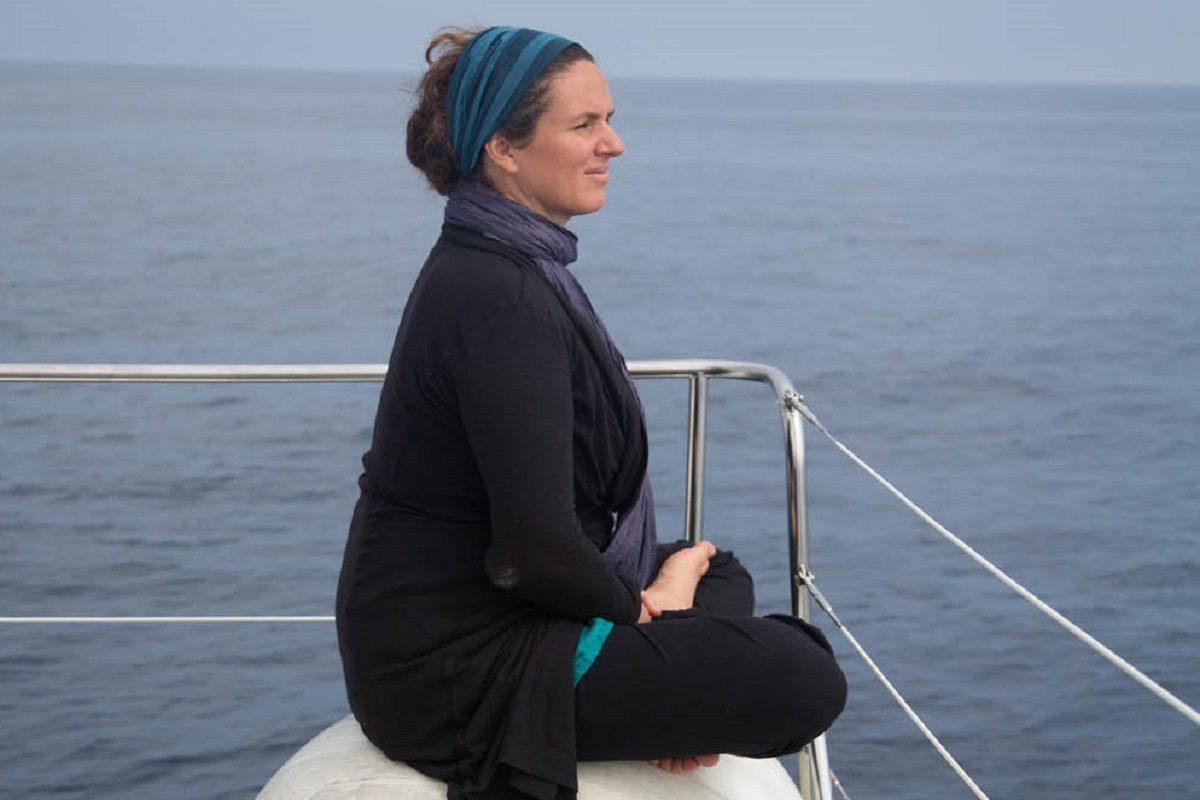 catamaran navivoile croisiere chante avec les dauphins au depart de canet en roussillon avec passagere en meditation
