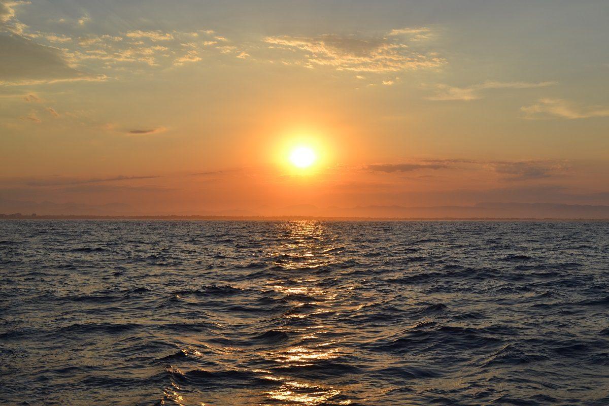 catamaran navivoile croisiere coucher de soleil au depart de canet en roussillon