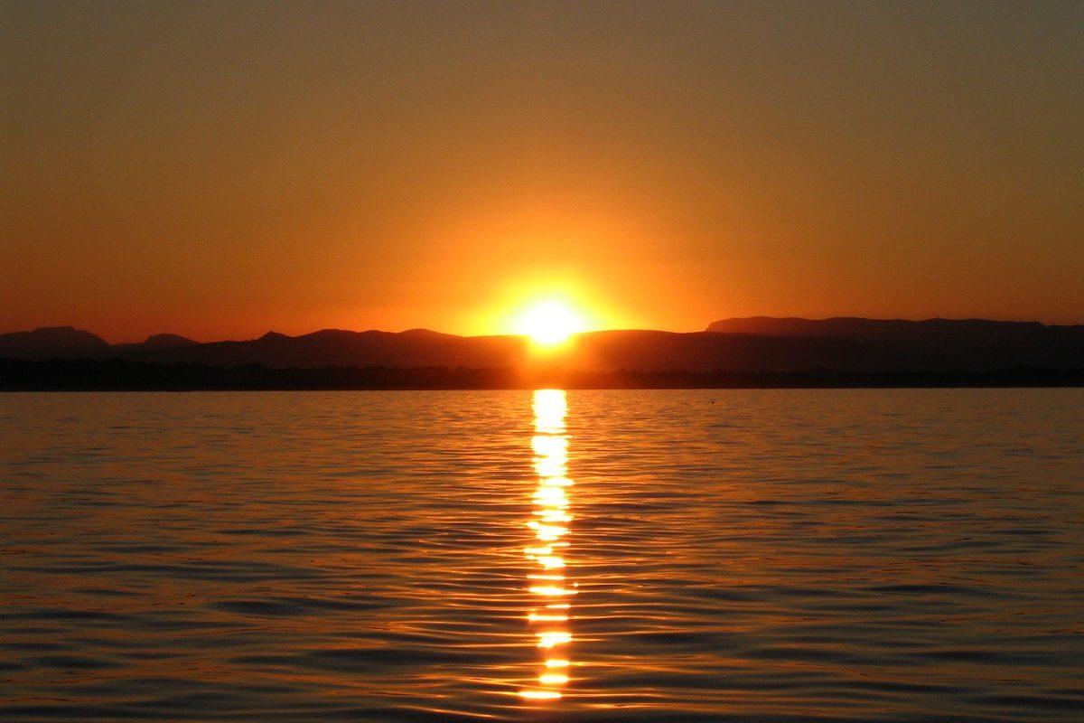 catamaran navivoile croisiere coucher de soleil au depart de canet en roussillon au dessus de sainte marie la mer
