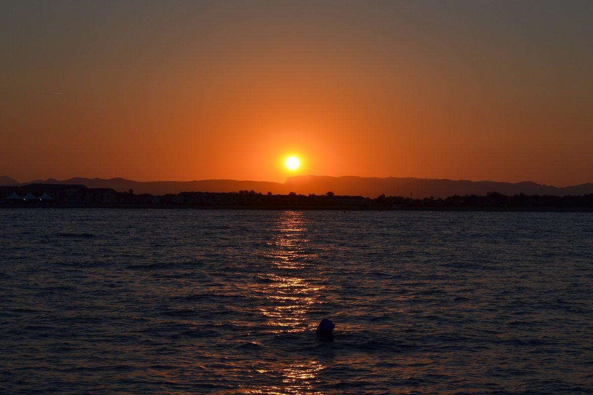 catamaran navivoile croisiere coucher de soleil au depart de canet en roussillon avec soleil couchant sur le mont tauch