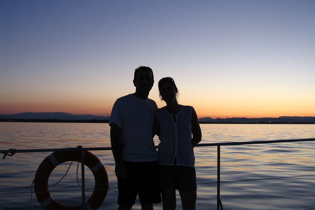catamaran navivoile croisiere coucher de soleil au depart de canet en roussillon couple d'amoureux