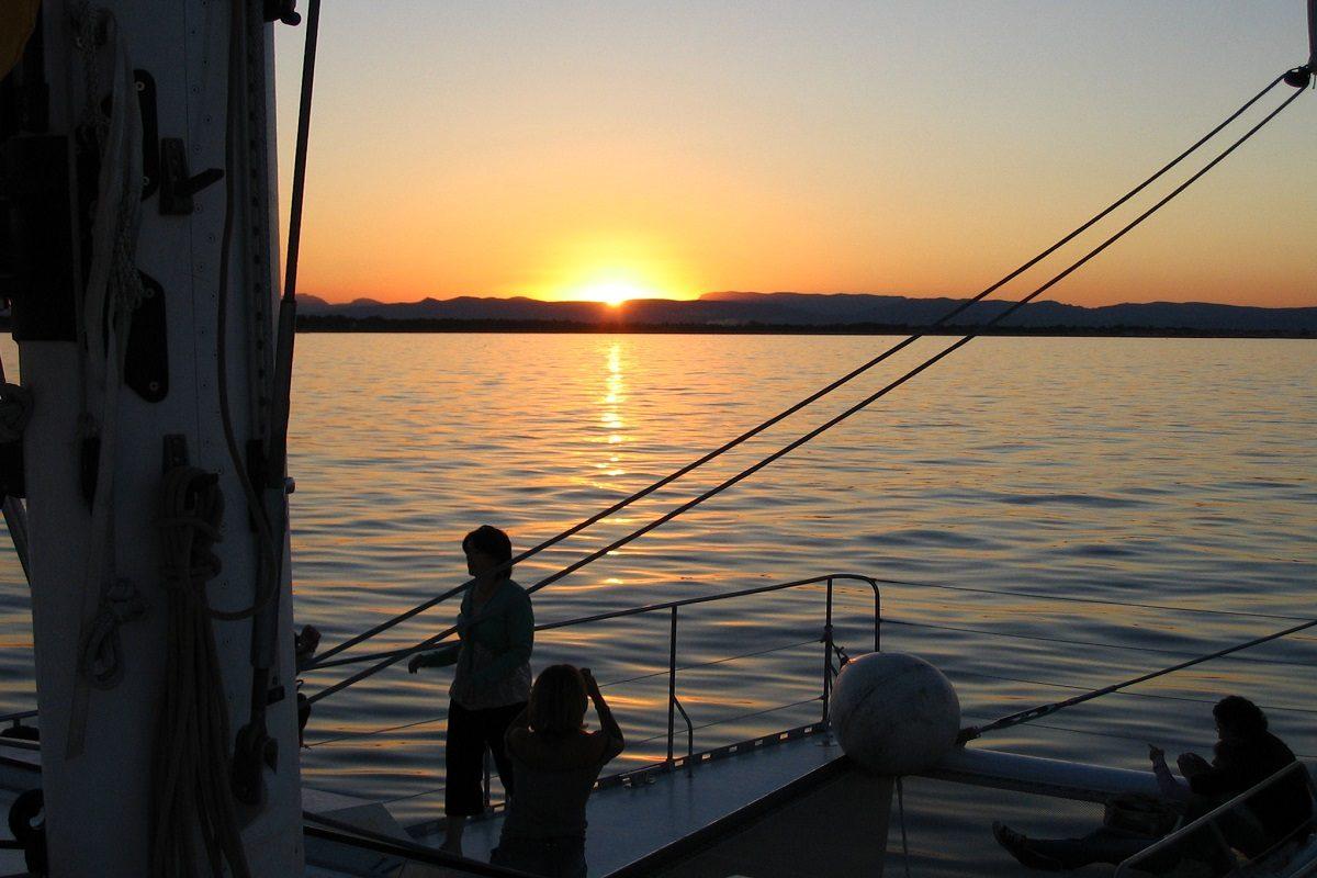 catamaran navivoile croisiere coucher de soleil au depart de canet en roussillon etrave et filet