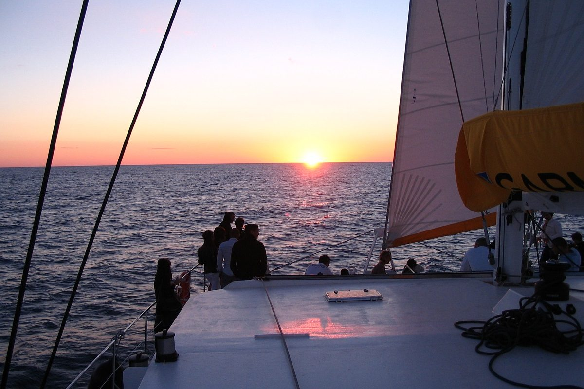 catamaran navivoile croisiere coucher de soleil au depart de canet en roussillon large golfe du lion