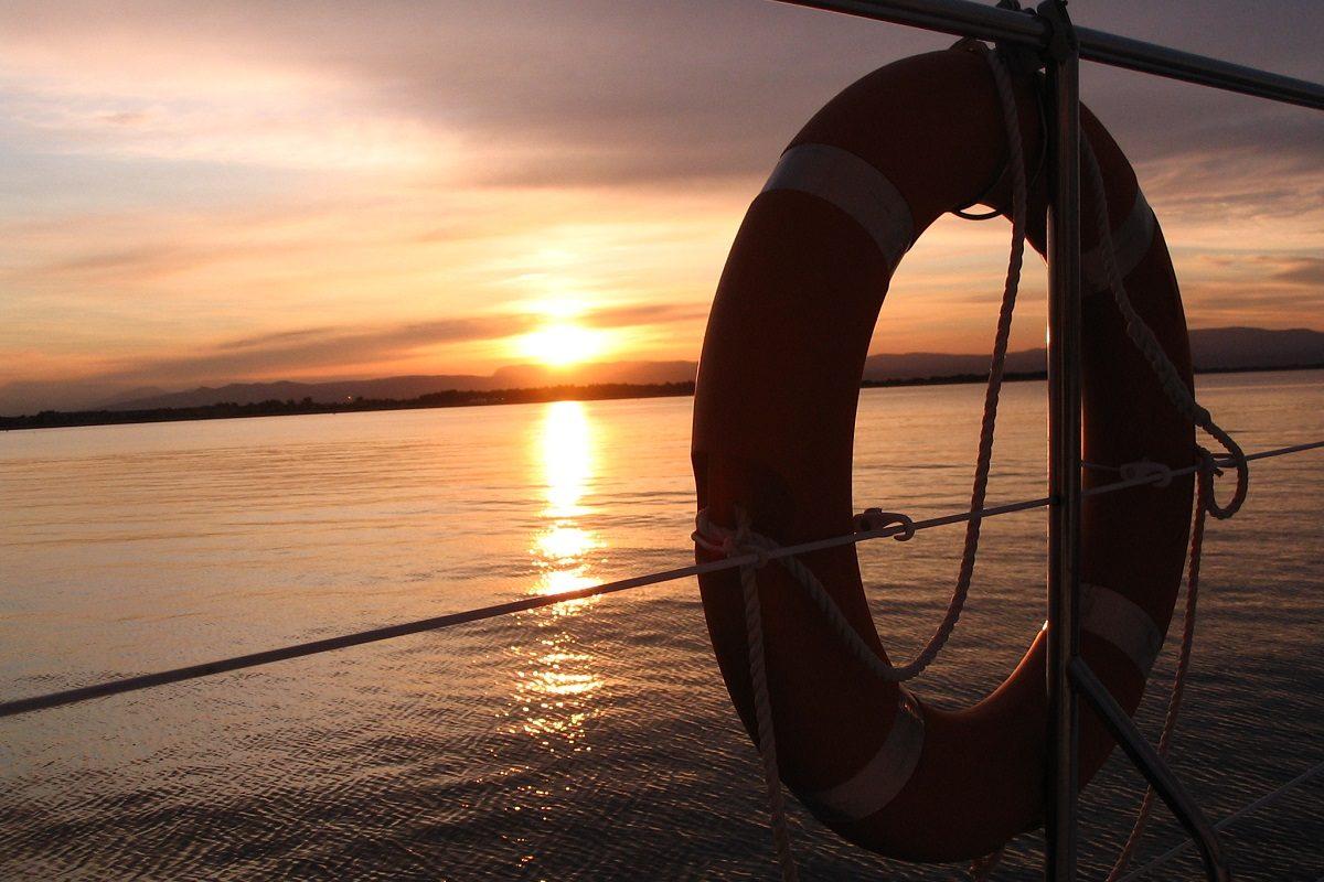 catamaran navivoile croisiere coucher de soleil au depart de canet en roussillon par mer calme un soir d'ete