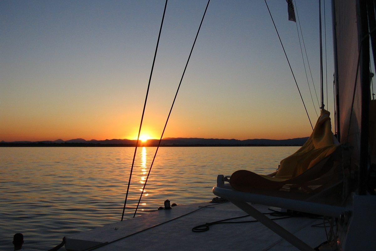 catamaran navivoile croisiere coucher de soleil au depart de canet en roussillon soiree sans vent