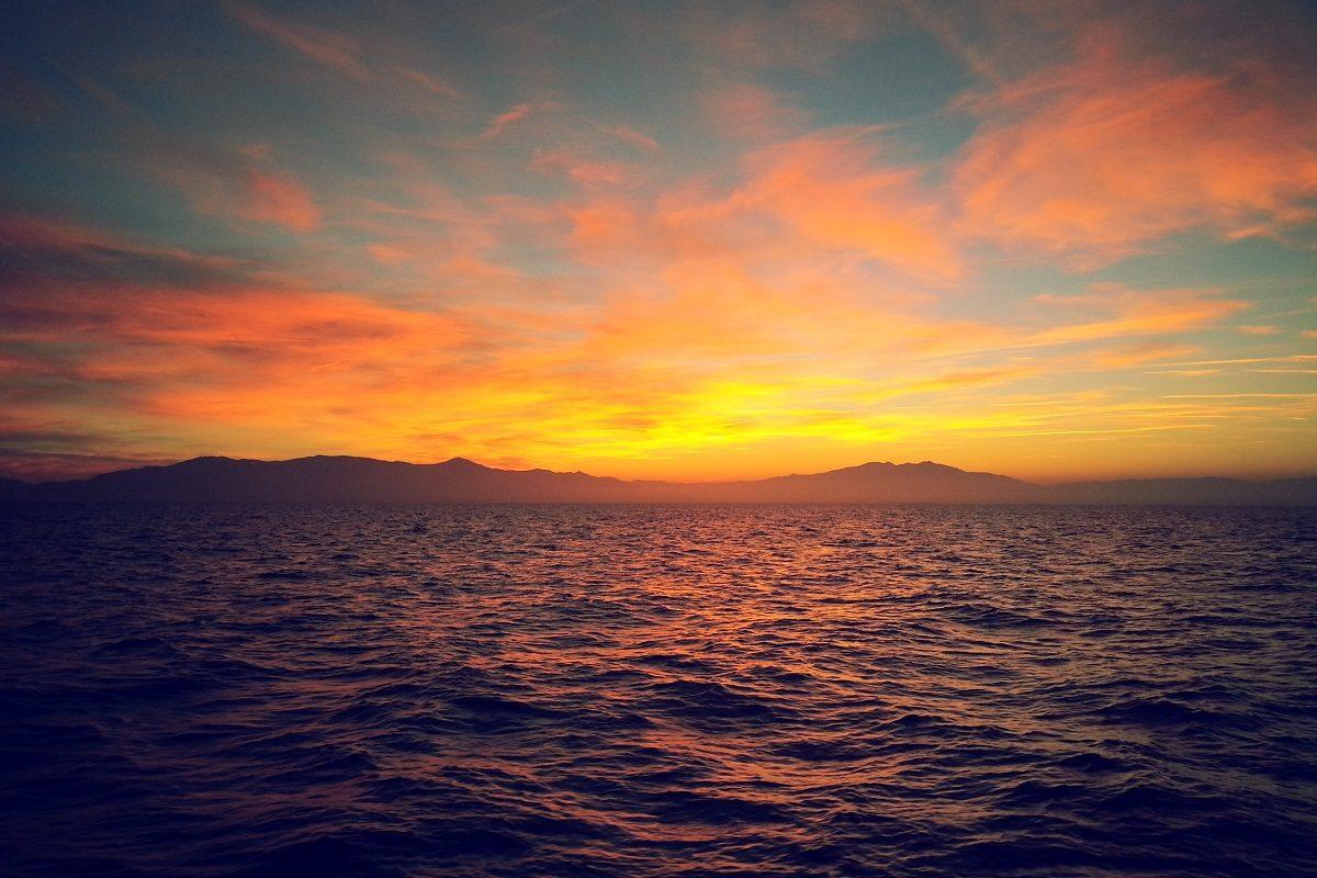 catamaran navivoile croisiere coucher de soleil au depart de canet en roussillon soleil couchant sur les pyrenees