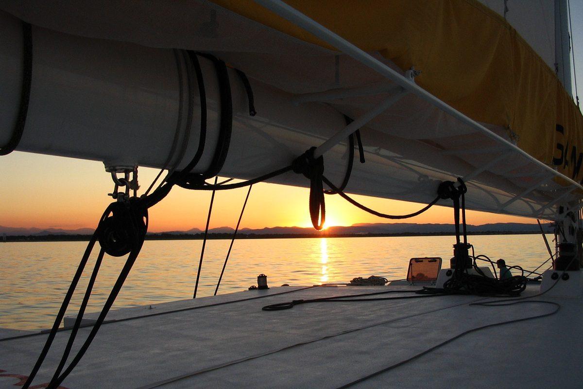catamaran navivoile croisiere coucher de soleil au depart de canet en roussillon sous bome de grand voile
