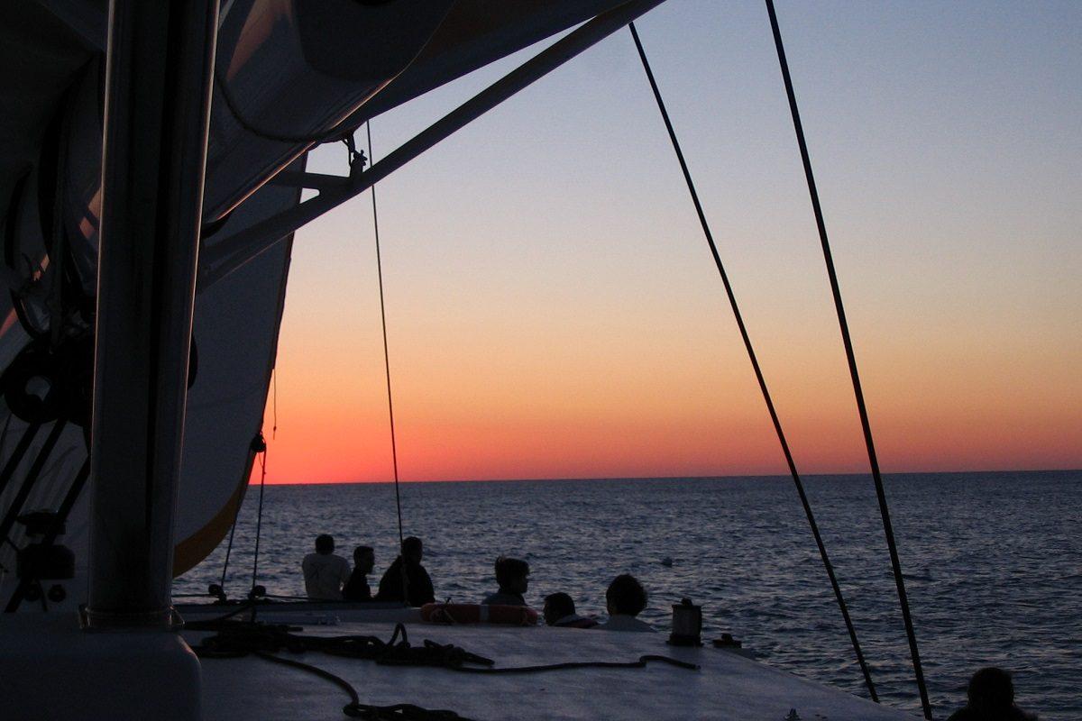 catamaran navivoile croisiere coucher de soleil au depart de canet en roussillon sous voiles en face port barcares