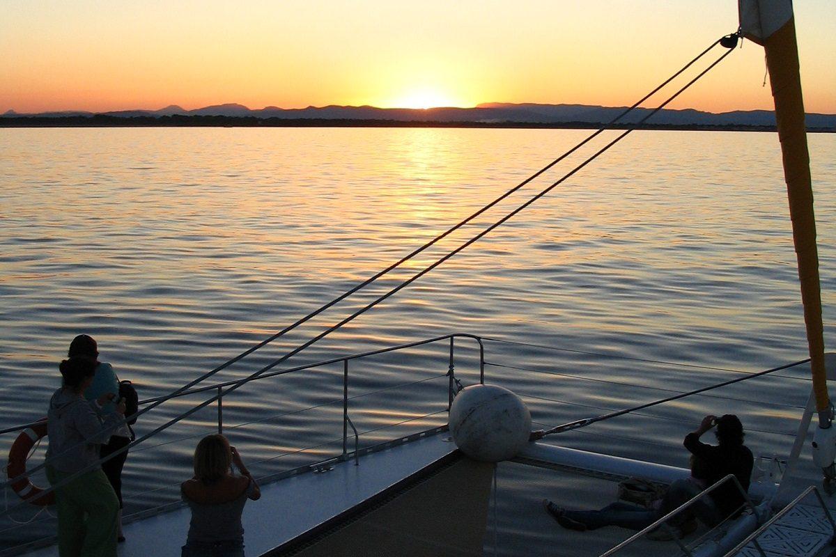 catamaran navivoile croisiere coucher de soleil sur le massif des corbieres au depart de canet en roussillon