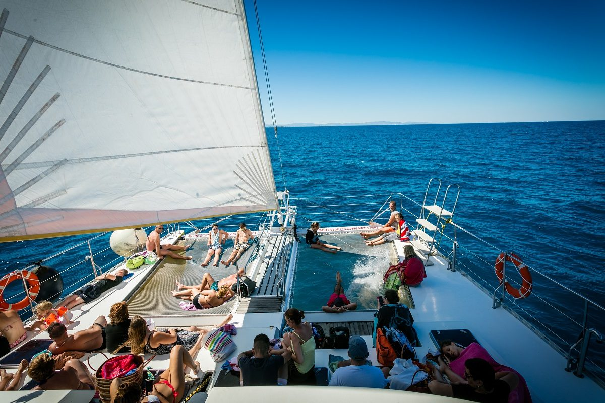 catamaran navivoile croisiere grillade et baignade sur le bateau en baie de paulilles au depart de canet en roussillon ou port vendres a la voile