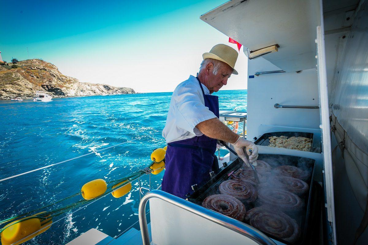 catamaran navivoile croisiere grillade et baignade sur le bateau en baie de paulilles au depart de canet en roussillon ou port vendres avec grilladin