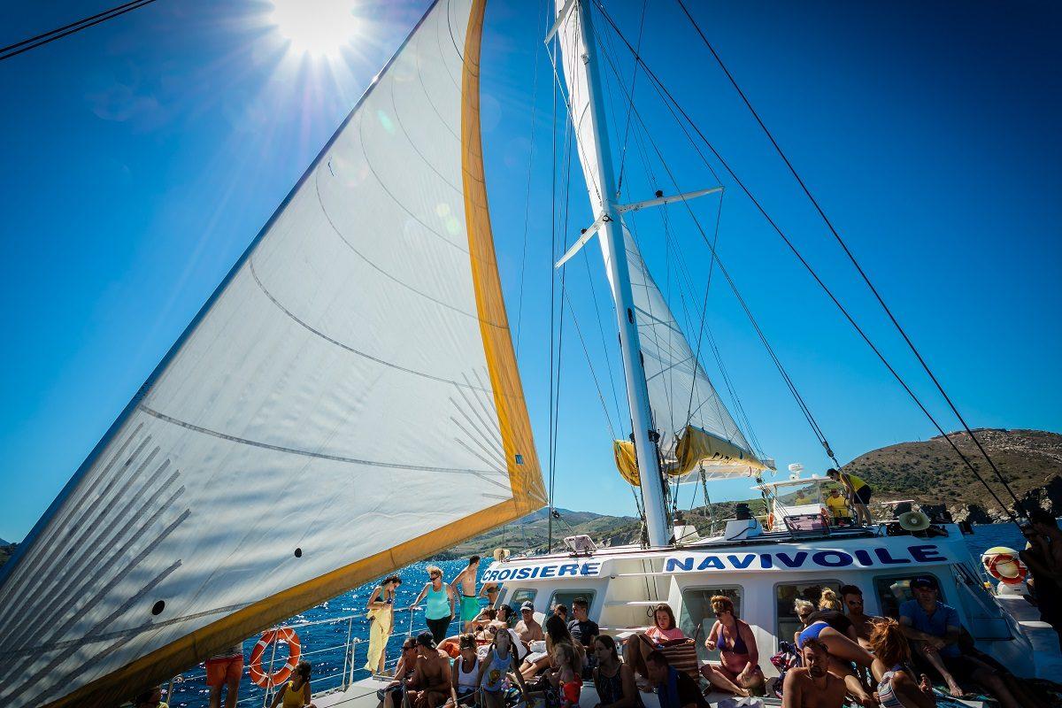 catamaran navivoile croisiere grillade et baignade sur le bateau en baie de paulilles au depart de canet en roussillon ou port vendres avec petite brise