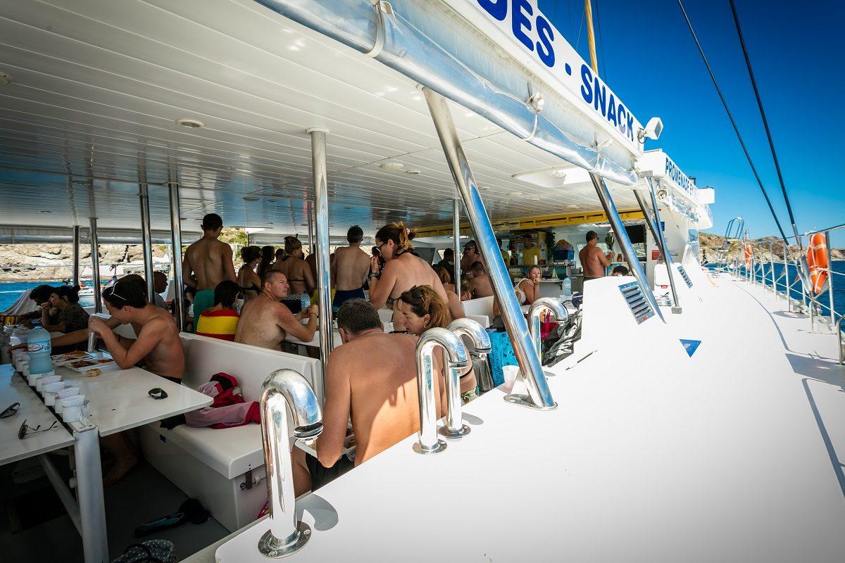 catamaran navivoile croisiere grillade et baignade sur le bateau en baie de paulilles au depart de canet en roussillon ou port vendres avec dejeuner des clients