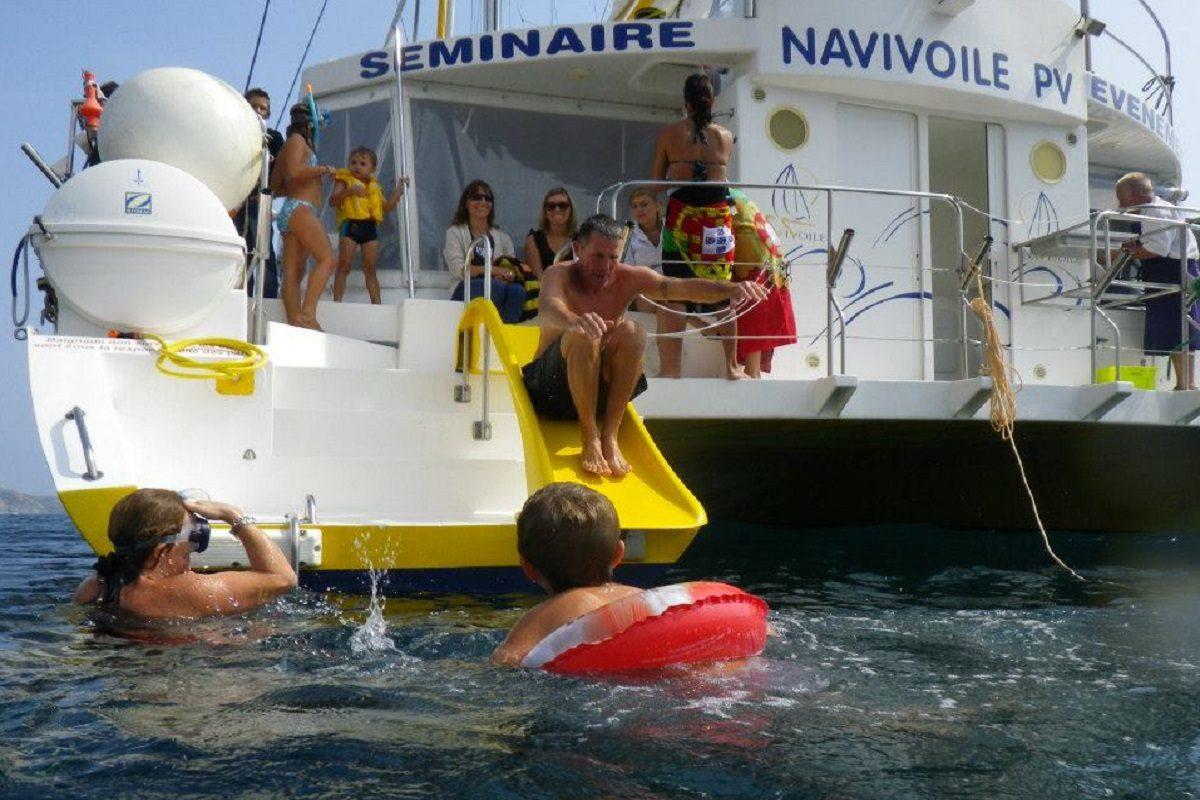 catamaran navivoile croisiere grillade et baignade sur le bateau en baie de paulilles au depart de canet en roussillon ou port vendres enfants dans l'eau