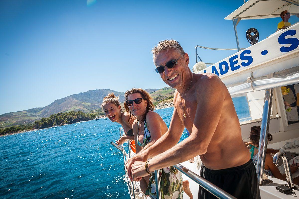 catamaran navivoile croisiere grillade et baignade sur le bateau en baie de paulilles au depart de canet en roussillon ou port vendres et famille heureuse