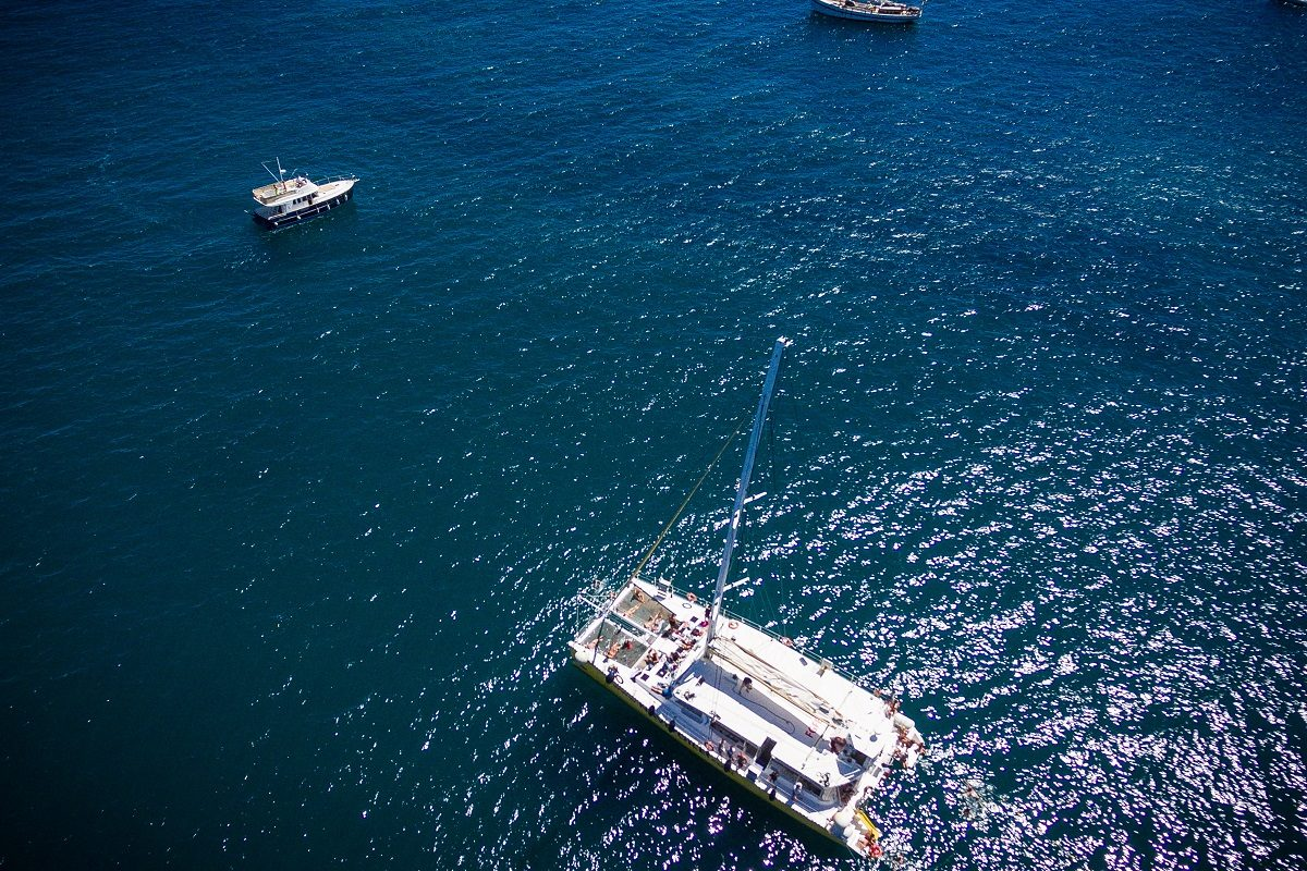 catamaran navivoile croisiere grillade et baignade sur le bateau en baie de paulilles au depart de canet en roussillon ou port vendres mouillage vue aerienne
