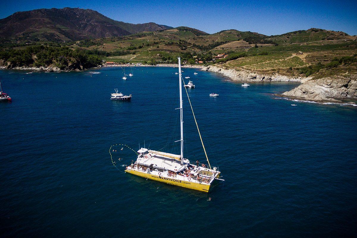 catamaran navivoile croisiere grillade et baignade sur le bateau en baie de paulilles au depart de canet en roussillon ou port vendres navire au mouillage