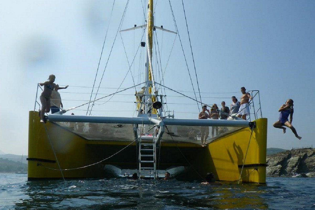 catamaran navivoile croisiere grillade et baignade sur le bateau en baie de paulilles au depart de canet en roussillon ou port vendres saut enfants etraves