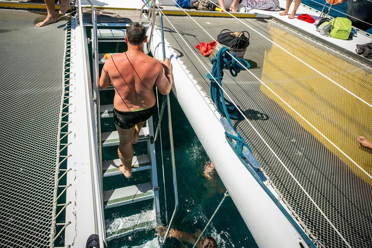 catamaran navivoile croisiere grillade et baignade sur le bateau en baie de paulilles au depart de canet en roussillon ou port vendres vue escalier bain