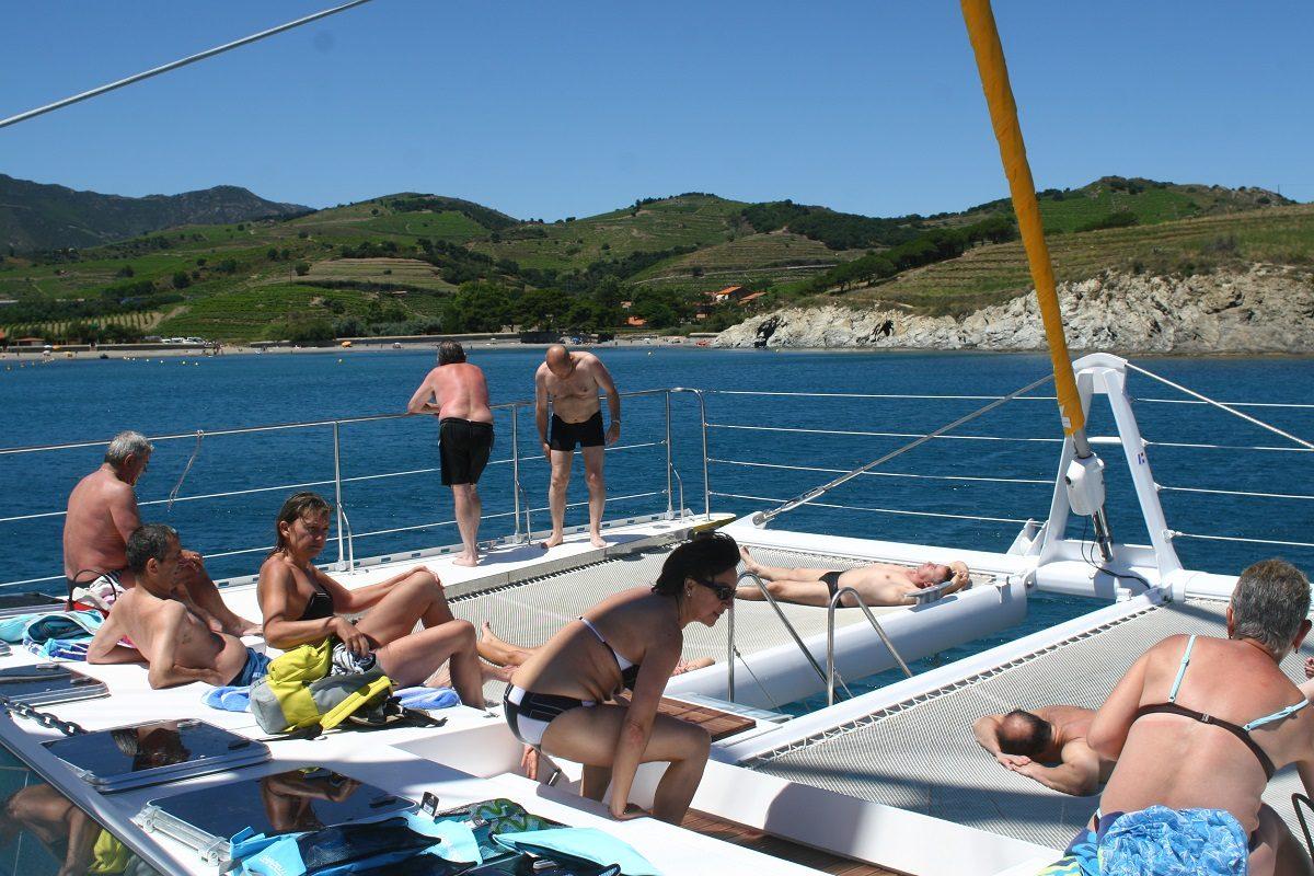 catamaran navivoile croisiere grillade et baignade sur le bateau en baie de paulilles au depart de canet en roussillon ou port vendres vue massif alberes