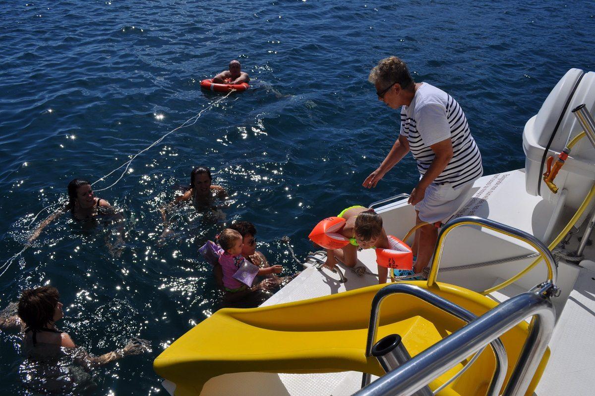 catamaran navivoile croisiere grillade et baignade sur le bateau en baie de paulilles au depart de canet en roussillon ou port vendres vue plage arriere