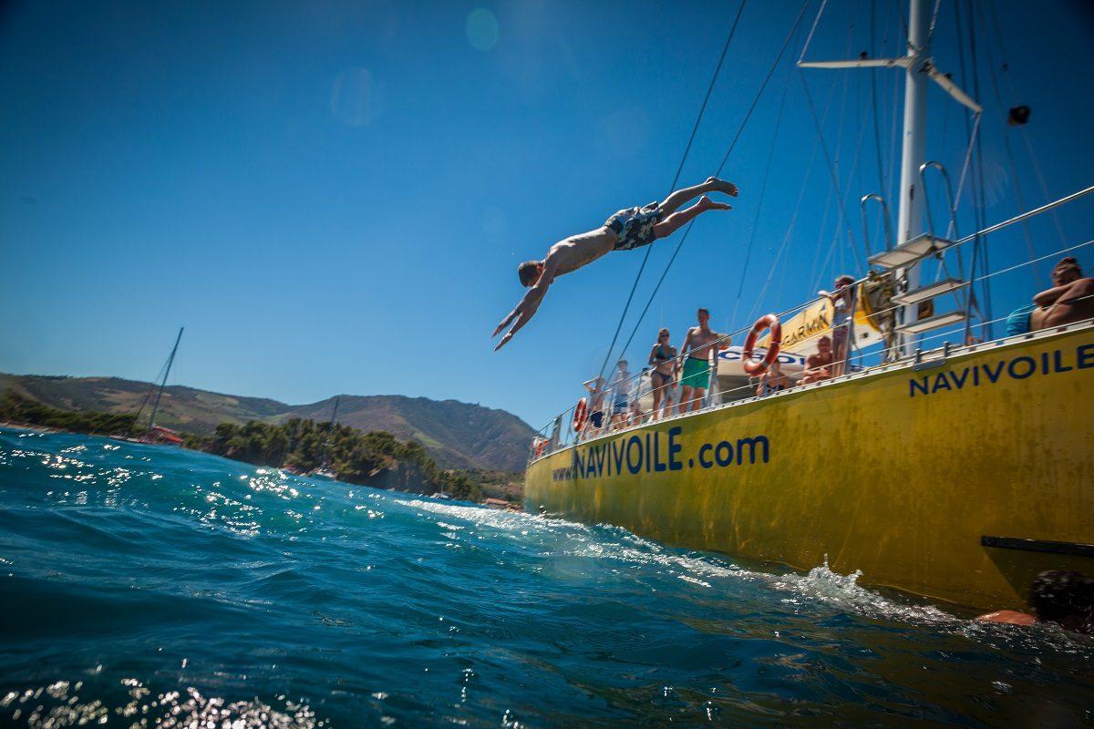 catamaran navivoile croisiere grillade et baignade sur le bateau en baie de paulilles au depart de canet en roussillon ou port vendres vue plongeoir