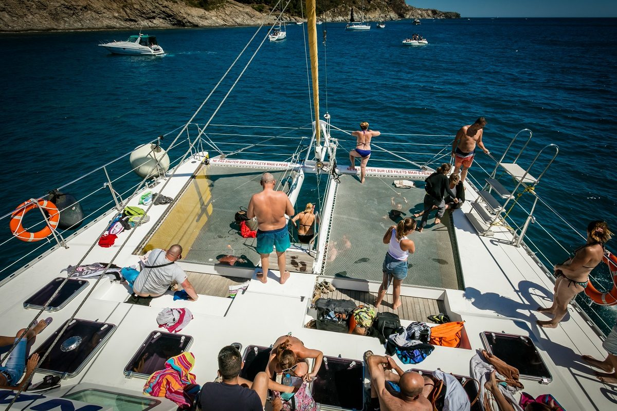catamaran navivoile croisiere grillade et baignade sur le bateau en baie de paulilles au depart de canet en roussillon ou port vendres vue solarium