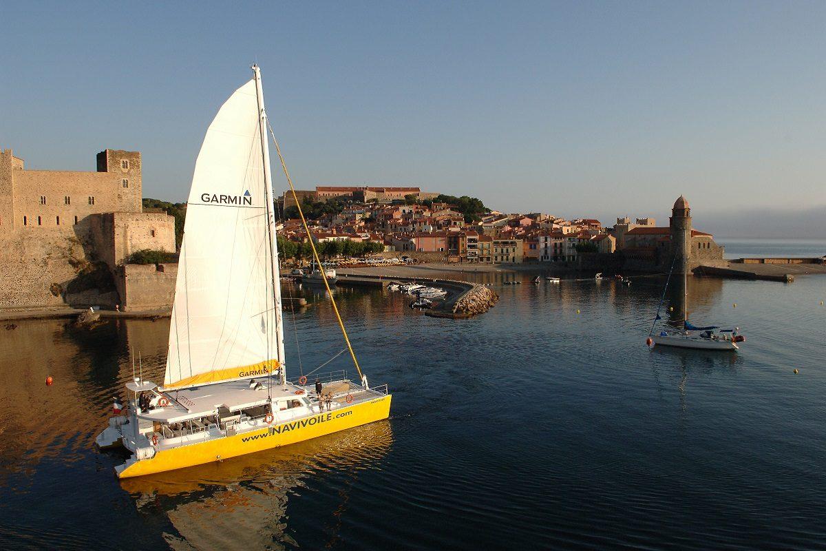 catamaran navivoile croisiere port vendres collioure et littoral sortant de la baie de collioure
