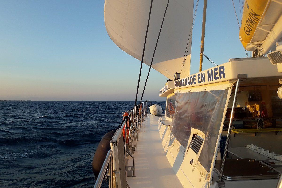 catamaran navivoile excursion en bateau à la voile au départ de canet en roussillon en face de port barcares