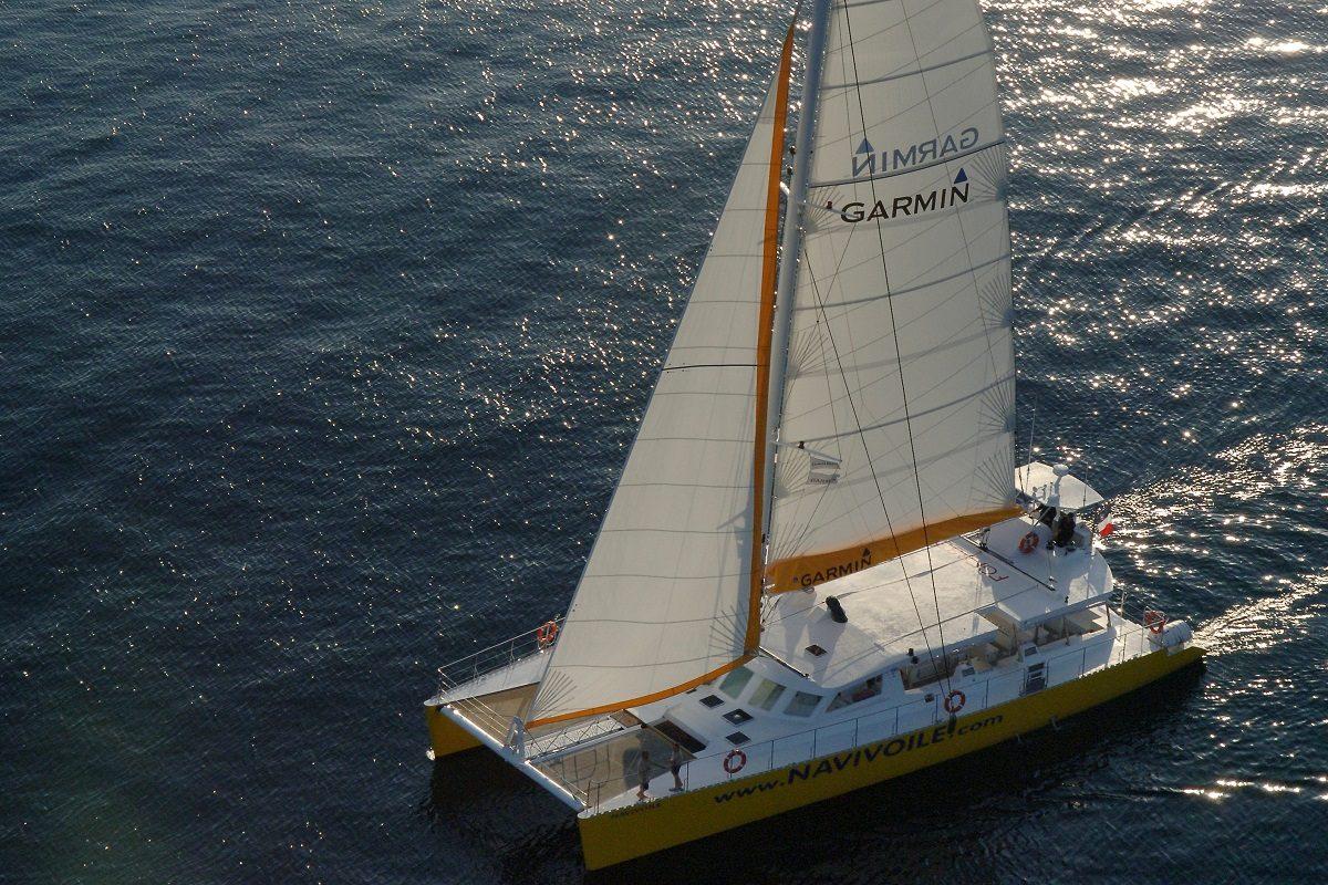 catamaran navivoile excursion en bateau à la voile au départ de canet en roussillon ou port vendres au près serré