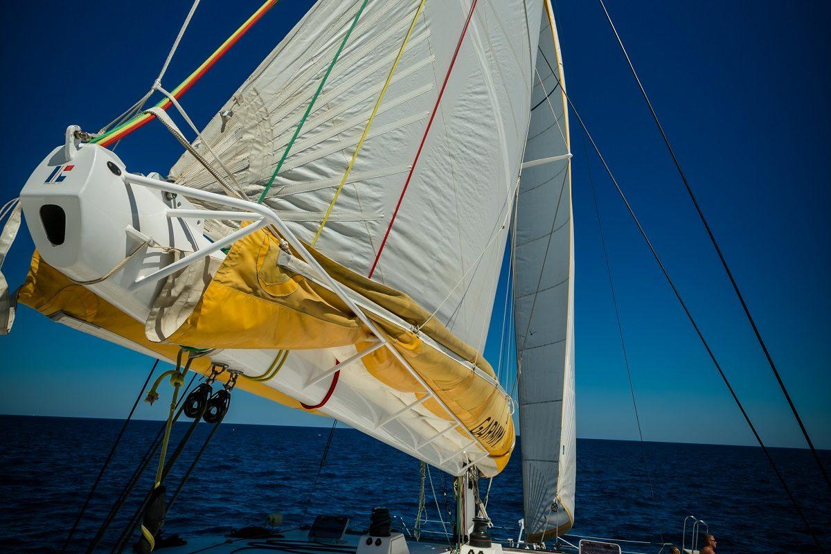 catamaran navivoile excursion en bateau à la voile au départ de canet en roussillon ou port vendres avec grand voile déployée