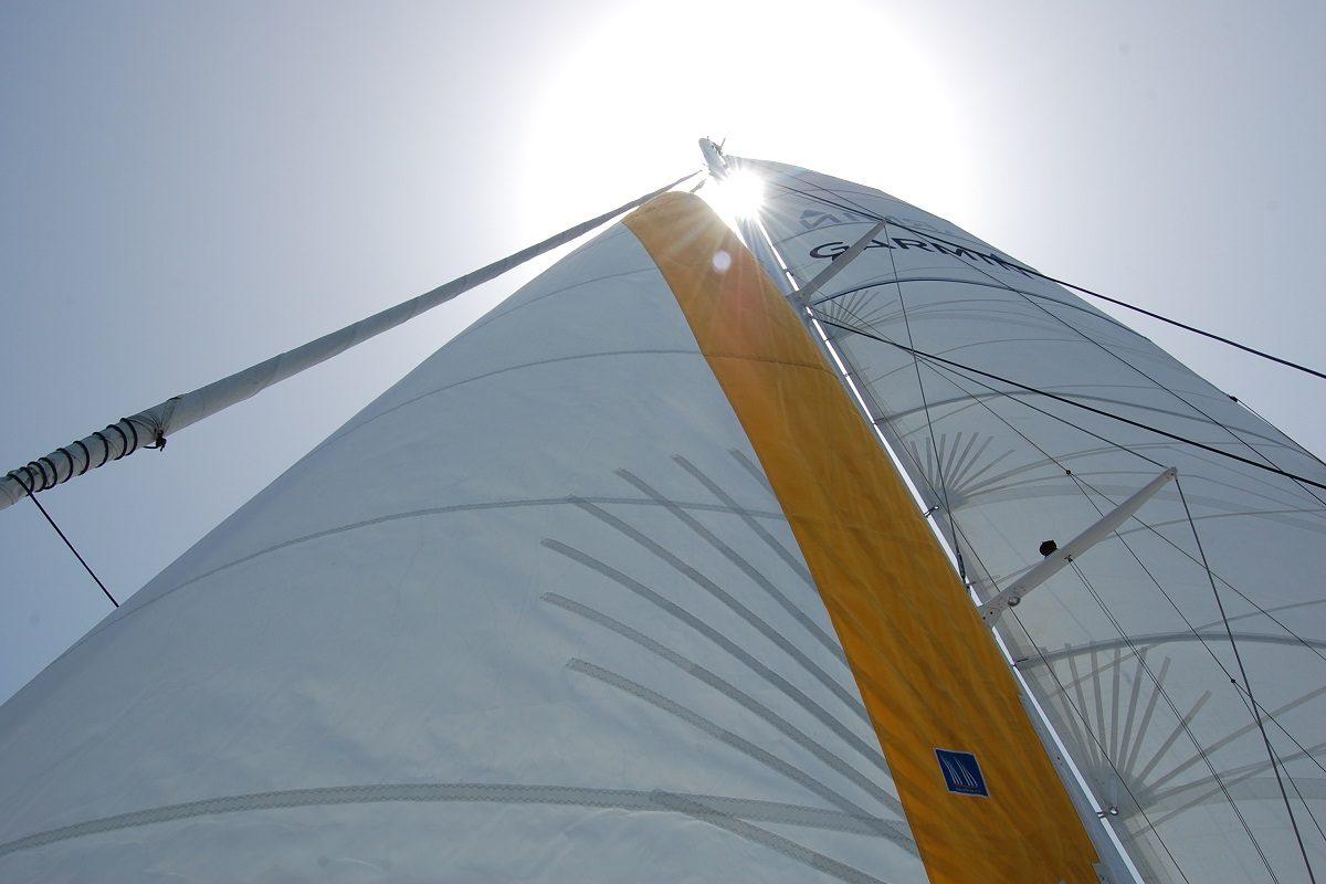 catamaran navivoile excursion en bateau à la voile au départ de canet en roussillon ou port vendres avec grand voile et solent