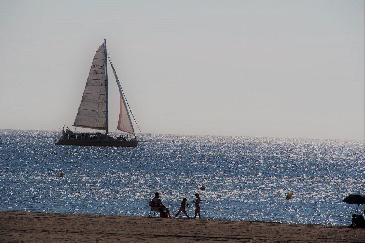 catamaran navivoile excursion en bateau à la voile au départ de canet en roussillon ou port vendres devant la plage de torreilles