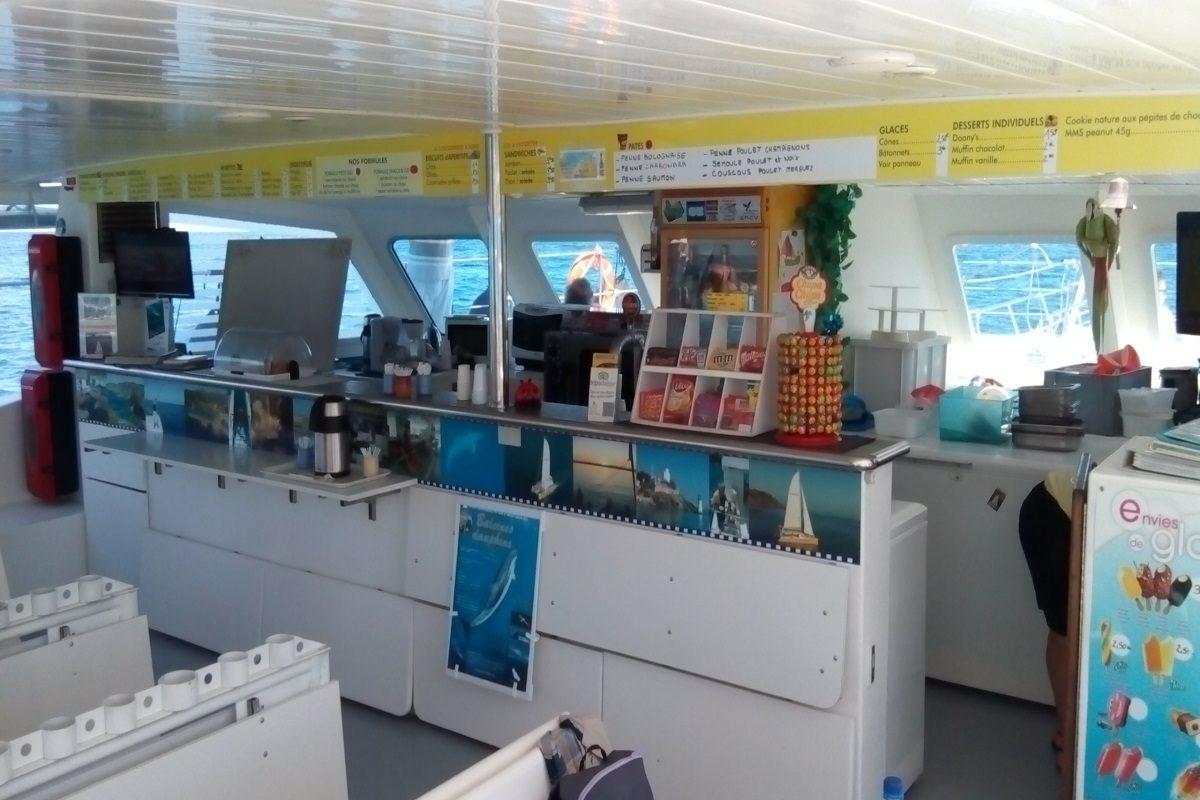 catamaran navivoile excursion en bateau à la voile au départ de canet en roussillon ou port vendres vue sur bar interieur nacelle