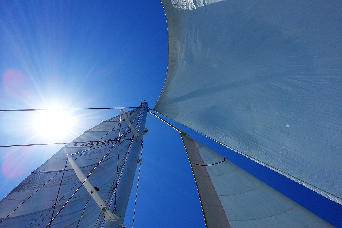 catamaran navivoile excursion en bateau à la voile au départ de canet en roussillon ou port vendres vue sur les voiles