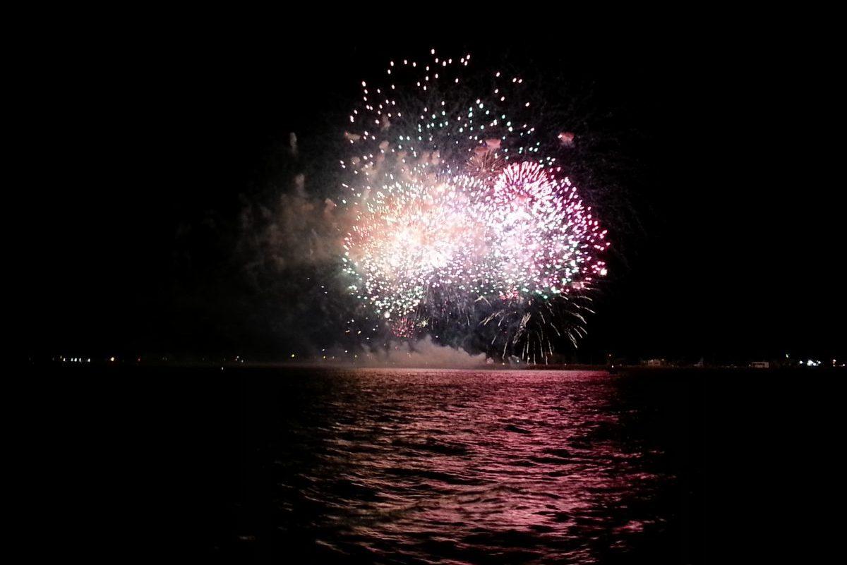 feu d artifice du 14 juillet de sainte la mer catamaran navivoile