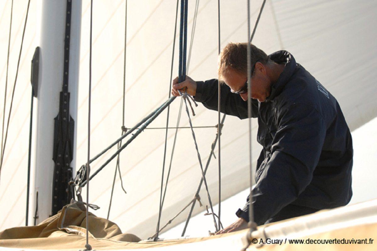 catamaran navivoile observation baleines et dauphins au depart de canet en roussillon avec capitaine du bateau preparant la grand voile