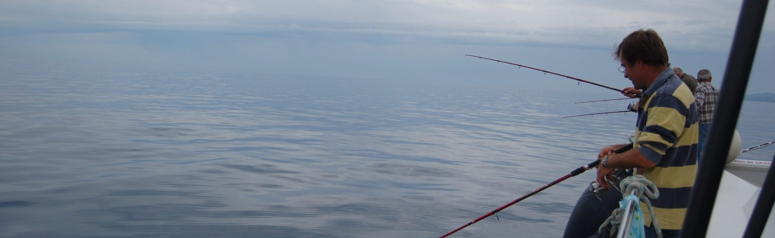 catamaran navivoile pêche côtière en face de canet en roussillon