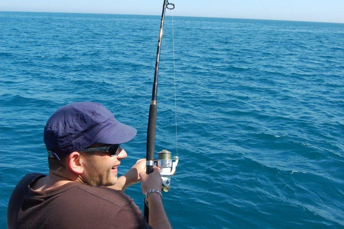 catamaran navivoile peche cotiere en face de canet en roussillon avec prise gros poisson