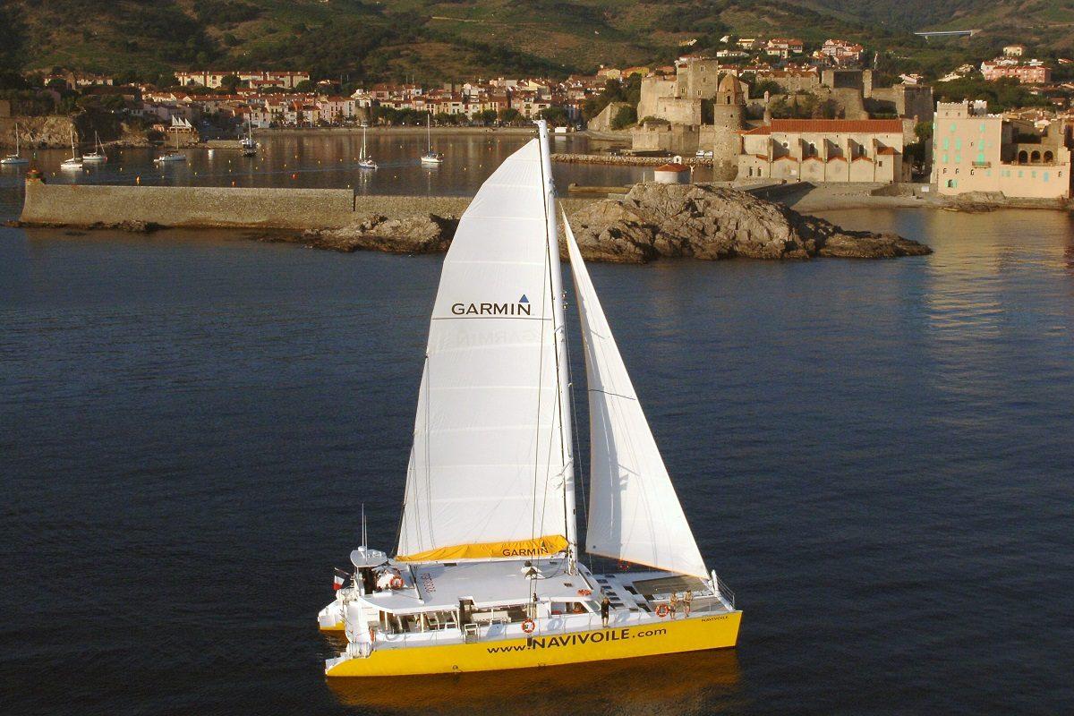 catamaran navivoile promenade en mer a la voile au depart de canet en roussillon ou port vendres en navigation sur la cote catalane