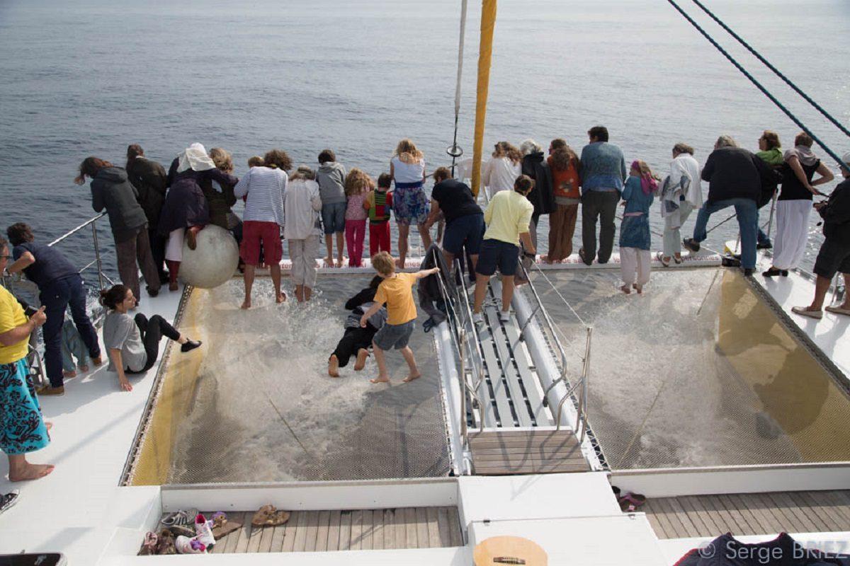 catamaran navivoile sortie a la decouverte du grand dauphin au depart de canet en roussillon passagers sur les filets en observation