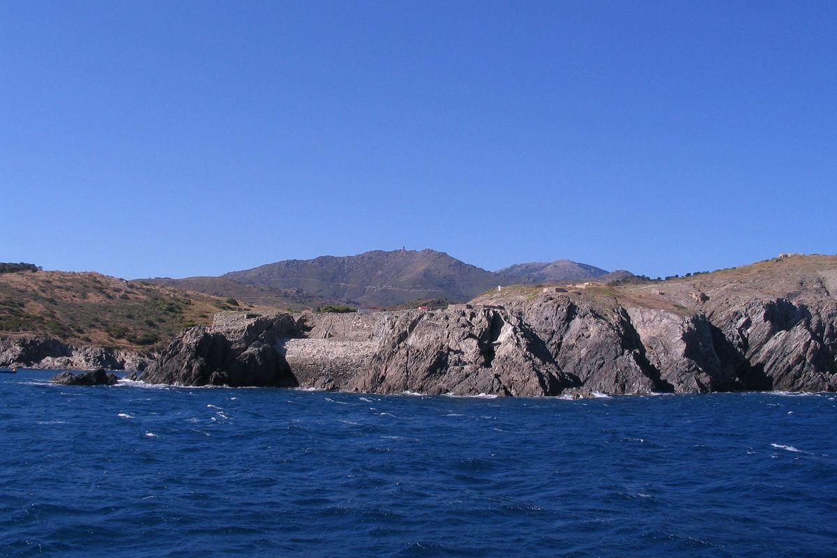 catamaran navivoile sortie en mer a la voile au depart de port vendres le long de la cote rocheuse