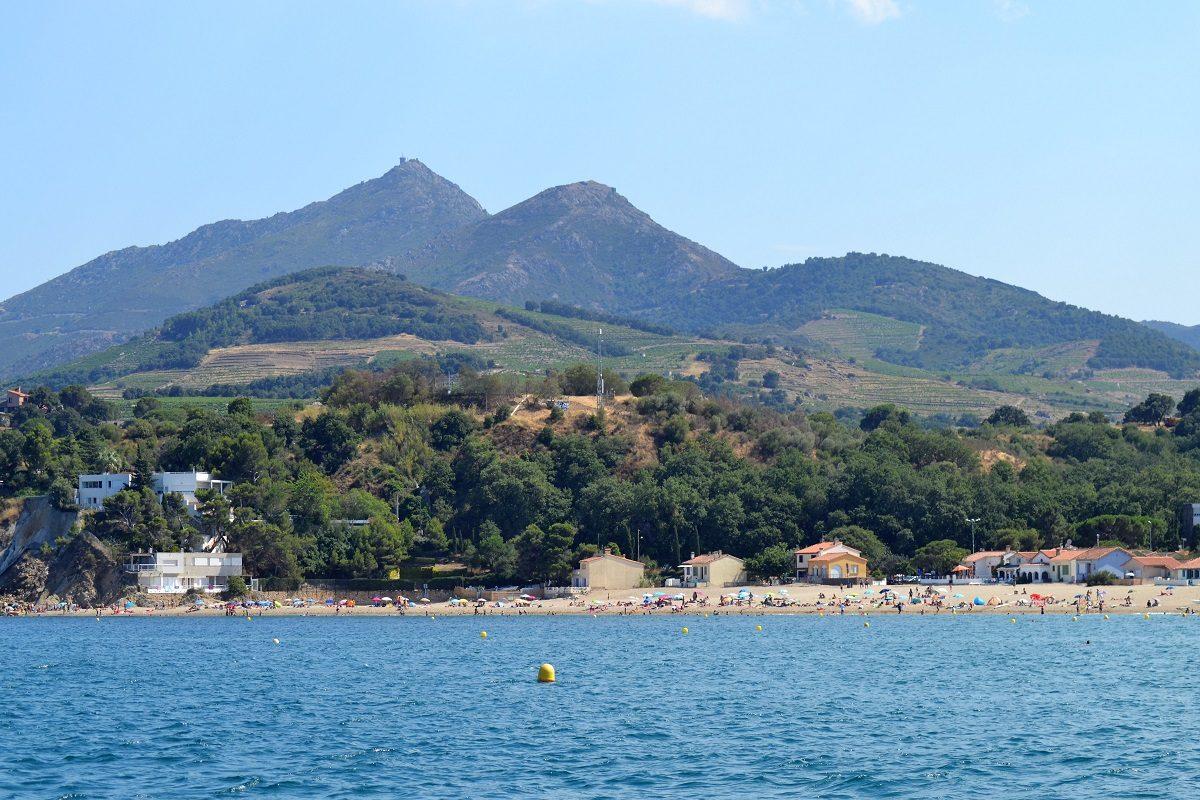 catamaran navivoile sortie en mer depart port vendres vue sur la plage du racou et la tour de la massane