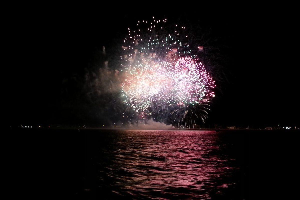 catamaran navivoile spectacle pyrotechnique du 15 août à Port Saint Cyprien au départ du port de Canet en Roussillon