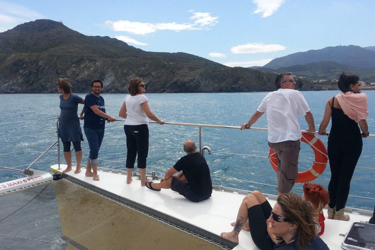 catamaran navivoile tarifs groupe agence bateau non privatise au depart de port vendres et collioure en face de la colline bear