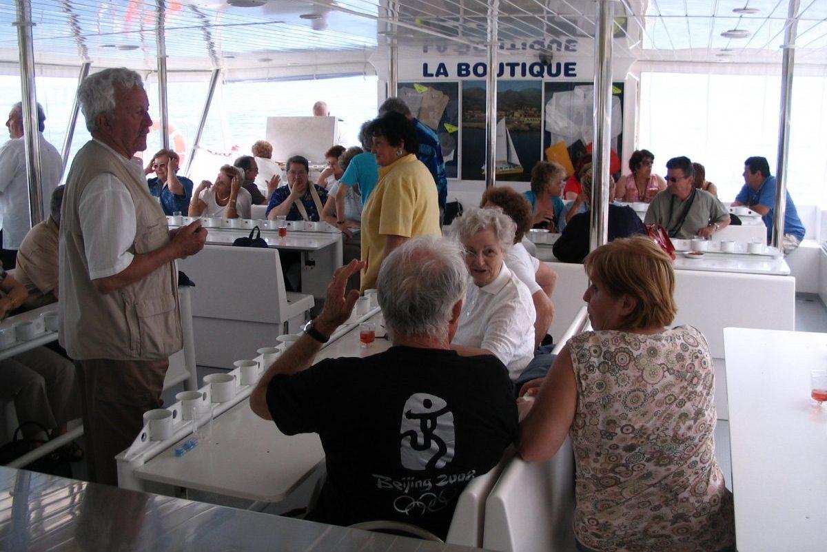 catamaran navivoile tarifs groupe agence bateau non privatise au depart de port vendres ou canet en roussillon passagers a l'aperitif a bord