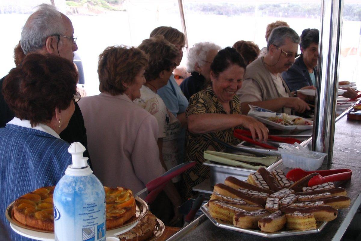 catamaran navivoile tarifs groupe agence bateau non privatise au depart de port vendres ou canet en roussillon passagers au buffet de desserts